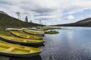 Finland, Lapland, rowing boats at the lakeside - KKAF02117
