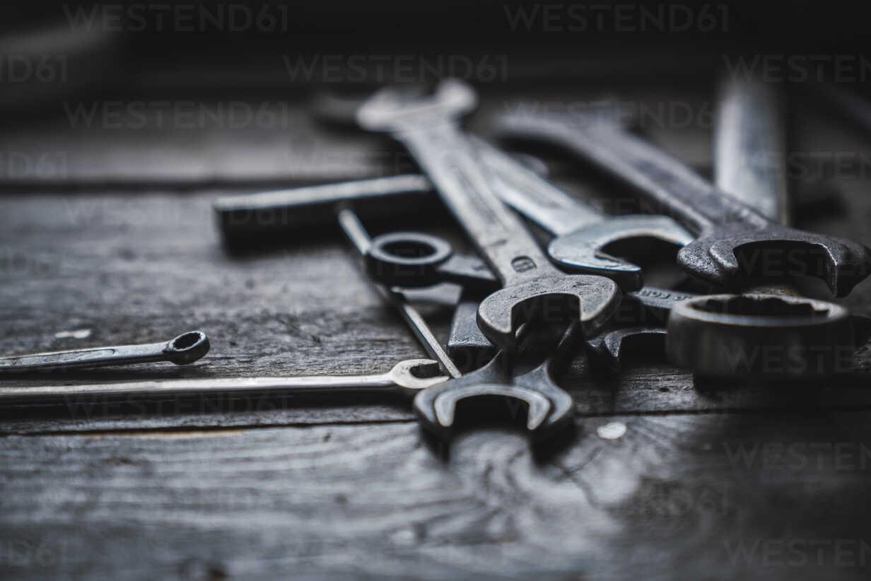 Group of wrenches on wood - KKAF02399 - Kike Arnaiz/Westend61