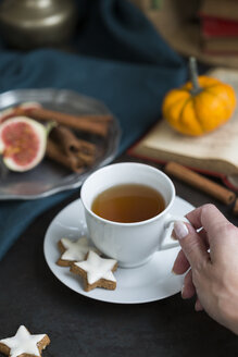 Woman drinking cup of tea in autumn, close-up - JUNF01400