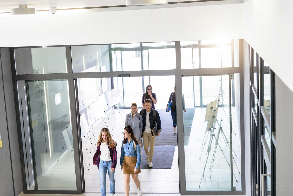 Students entering college building by glass doors - CUF44348 - suedhang/Westend61