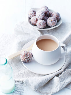 Coconut, cacao, cranberry balls - CUF44755
