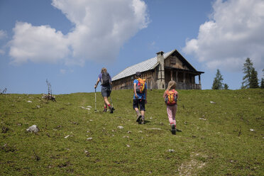 Austria, Ausseer Land, Family hiing in the mountains - HAMF00389