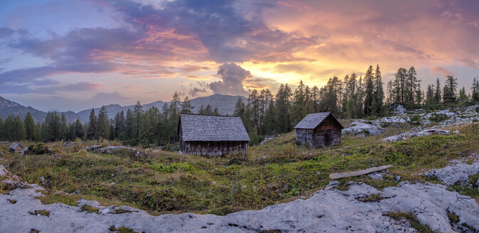 Austria, Ausseer Land, Wooden huts in the mountains - HAMF00392