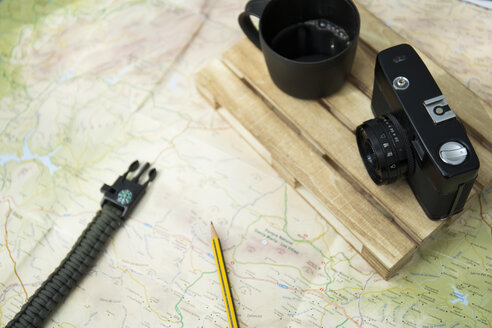 Map, camera and cup of coffee - JPTF00012