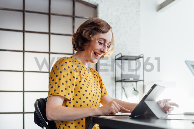 Businesswoman using digital tablet smiling - CUF45269 - Eugenio Marongiu/Westend61