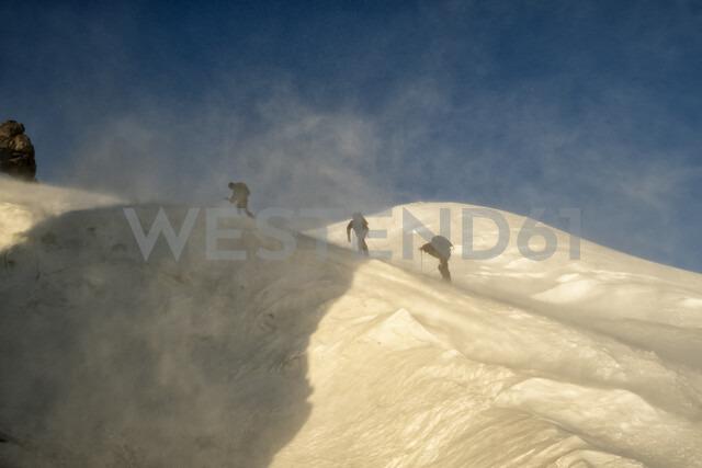 Russia, Upper Baksan Valley, Caucasus, Mountaineers ascending Mount Elbrus - ALRF01294