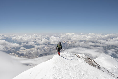 Russia, Upper Baksan Valley, Caucasus, Mountaineer ascending Mount Elbrus - ALRF01297