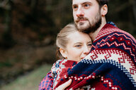 Couple wrapped in blanket - CUF46242