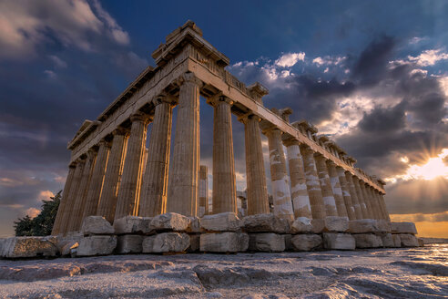 Low angle view of the Parthenon in Athens - LUXF01136