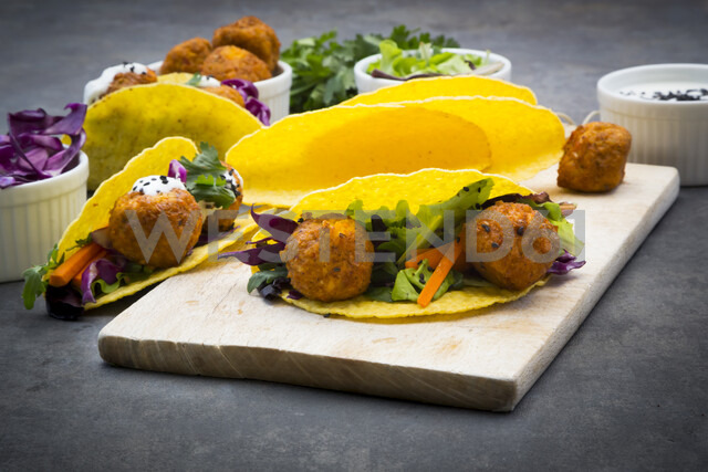 Sweet potato falafel in taco shells, with red cabbage, salad, carrot, yogurt sauce and black sesame - LVF07479 - Larissa Veronesi/Westend61