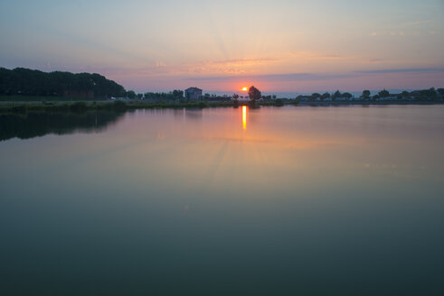 Spain, Barcelona, lake at sunrise - SKCF00547
