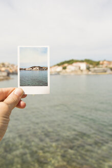 Hand holding souvenir picture of Port-Vendres - SKCF00553