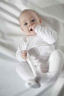 Portrait of baby girl dressed in white - JLOF00259