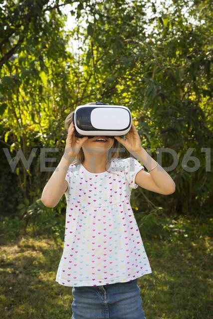 Amazed little girl wearing Virtual Reality Glasses in the garden - LVF07490 - Larissa Veronesi/Westend61