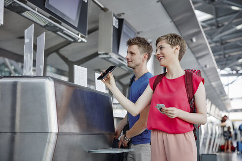 Happy couple at the airport check in - RHF02228