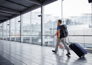 Couple walking fast at the airport - RHF02255
