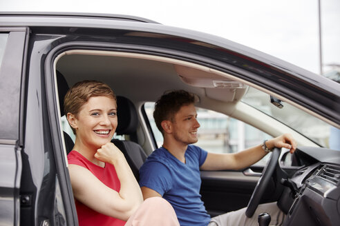 Happy young couple in a car - RHF02264