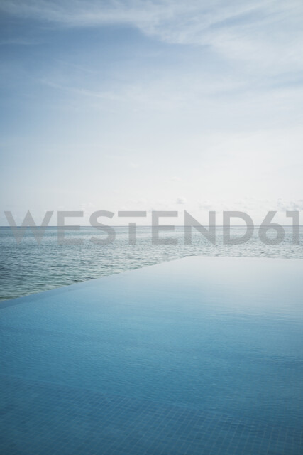 Tranquil blue infinity pool and ocean, Maldives, Indian Ocean - HOXF04148 - Martin Barraud/Westend61