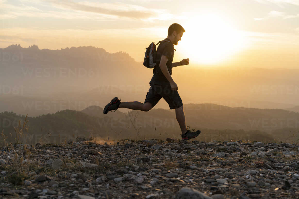 Spain, Barcelona, Natural Park of Sant Llorenc, man running in the mountains at sunset - AFVF01893 - VITTA GALLERY/Westend61