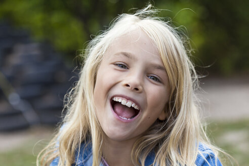 Portrait of laughing blond girl outdoors - JFEF00903