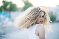Blond young woman with curly hair - OCMF00013