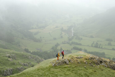 England, Langdale Valley, Gimmer Crag, climbers, couple - ALRF01365