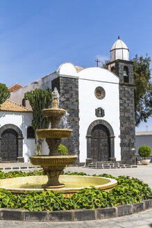 Spain, Canary Islands, Lanzarote, San Bartolome, view to Parish church with fountain in the foreground - MABF00500