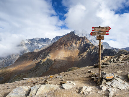 Italy, Ortler Alps, sign post, Gran Zebru in the background - LAF02130