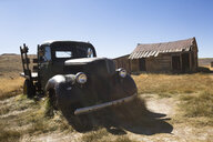 USA, California, Sierra Nevada, Bodie State Historic Park, old wooden house and car - FCF01583