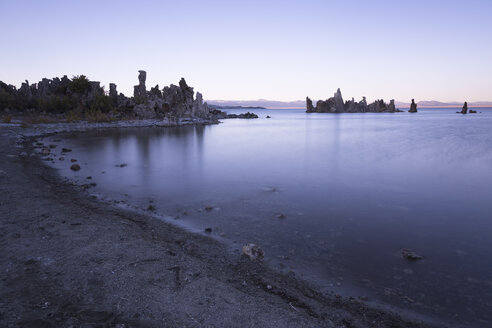 USA, California, Lee Vining, South Tufa Area, Mono Lake, rock formations in the evening - FCF01589