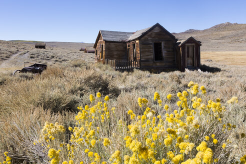 USA, California, Sierra Nevada, Bodie State Historic Park, abandoned wooden house - FCF01595