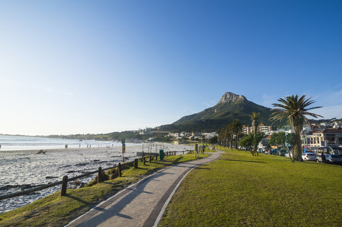 South Africa, Waterfront of Camps bay with the lions head in the background, suburb of Cape town - RUNF00138