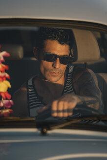 Cool man wearing sunglasses, driving a vinatge car - OCMF00075