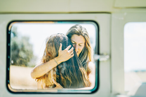 Lesbian couple doing a road trip, kissing and embracing in nature - OCMF00084