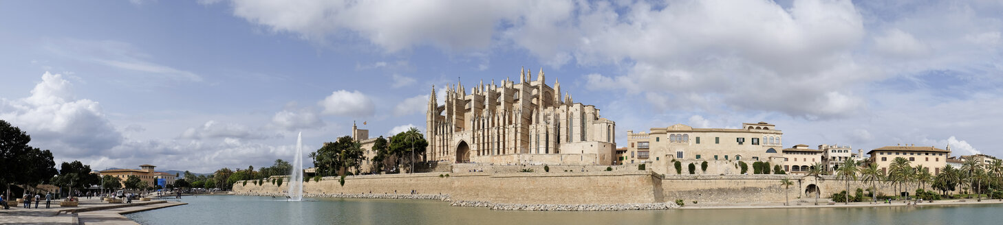 Spain, Mallorca, Palma de Mallorca, Cathedral of Santa Maria of Palma, Diocesan Museum and fountain - HLF01140