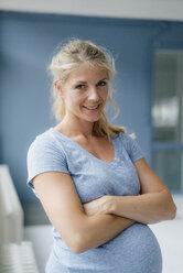 Portrait of smiling pregnant woman - KNSF05285