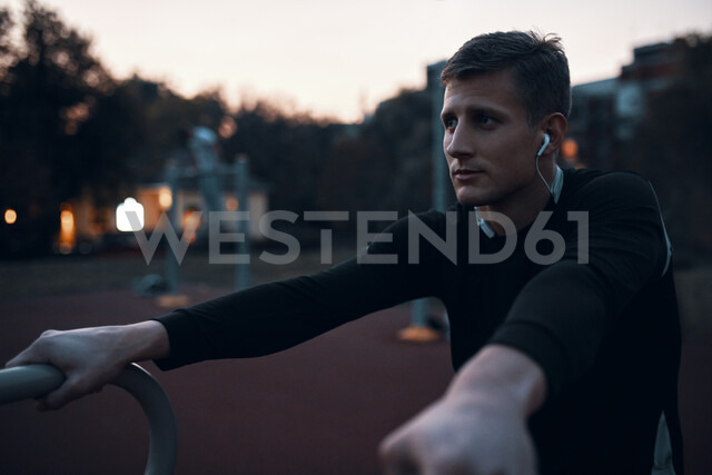 Portrait of sportive man outdoors in the evening - ZEDF01732