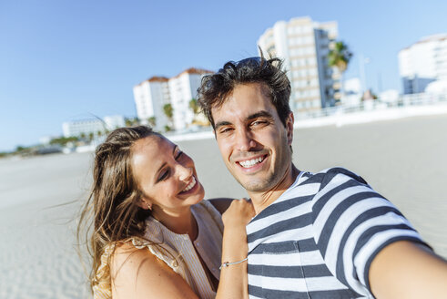 Selfie of a happy young couple on the beach - KIJF02076