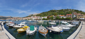 Croatia, Kvarner Gulf, Baska, Panoramic view of boats in harbor - WWF04423
