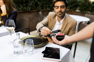 Man paying with credit card in a restaurant - VABF01673