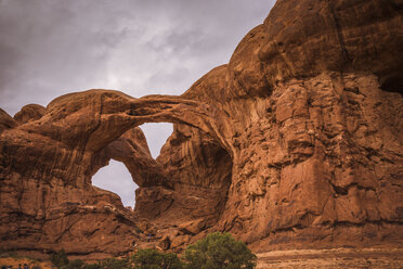 USA, Utah, Natural arch and rock formations at Arches National Park, Double Arch - FCF01635