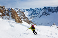 Male skier moving down the slopes - INGF07538