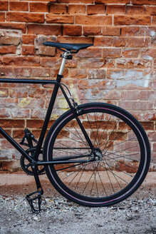Detail of a customised commuter fixie bike at brick wall - VPIF01083