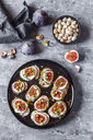 Bread with goat cheese, figs and pistachio - SARF03966