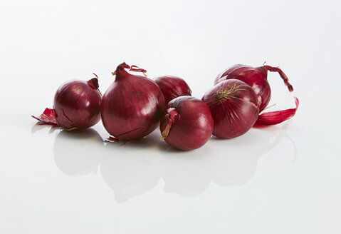 Red onions on white ground - KSWF01978