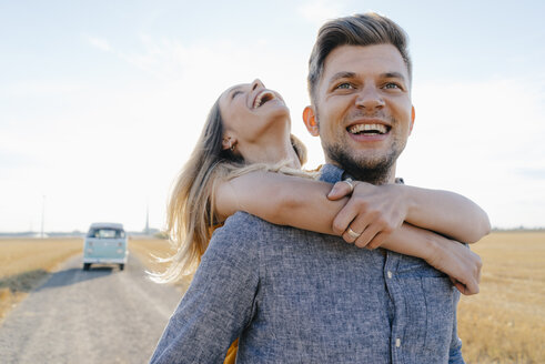 Happy young couple at camper van in rural landscape - GUSF01469
