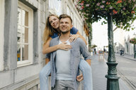 Netherlands, Maastricht, happy young couple in the city - GUSF01511