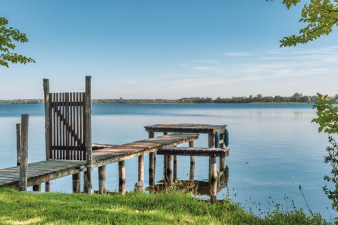 Germany, Mecklenburg-Western Pomerania, Zarrentin, Lauenburg Lakes Nature Park, Lake Schaalsee, wooden boardwalk - FRF00769