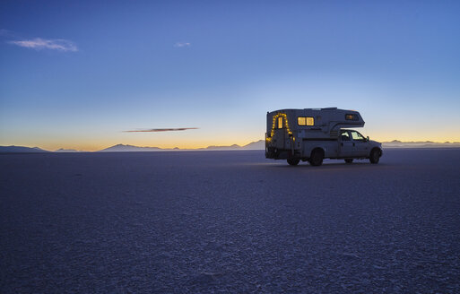 Bolivia, Salar de Uyuni, camper on salt lake at sunset - SSCF00025