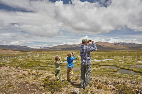 Peru, Chivay, Colca Canyon, father and sons taking pictures of swamp landscape in the Andes - SSCF00067